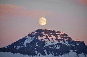 Kurz nach Mitternacht - der (fast) Vollmond thront über den Bergen