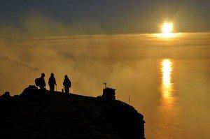 Unglaublicher Sonnenuntergang am Gipfel des Stromboli
