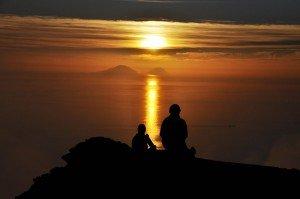Sonnenuntergang am Gipfel des Stromboli mit Blick auf Filicudi und Alicudi