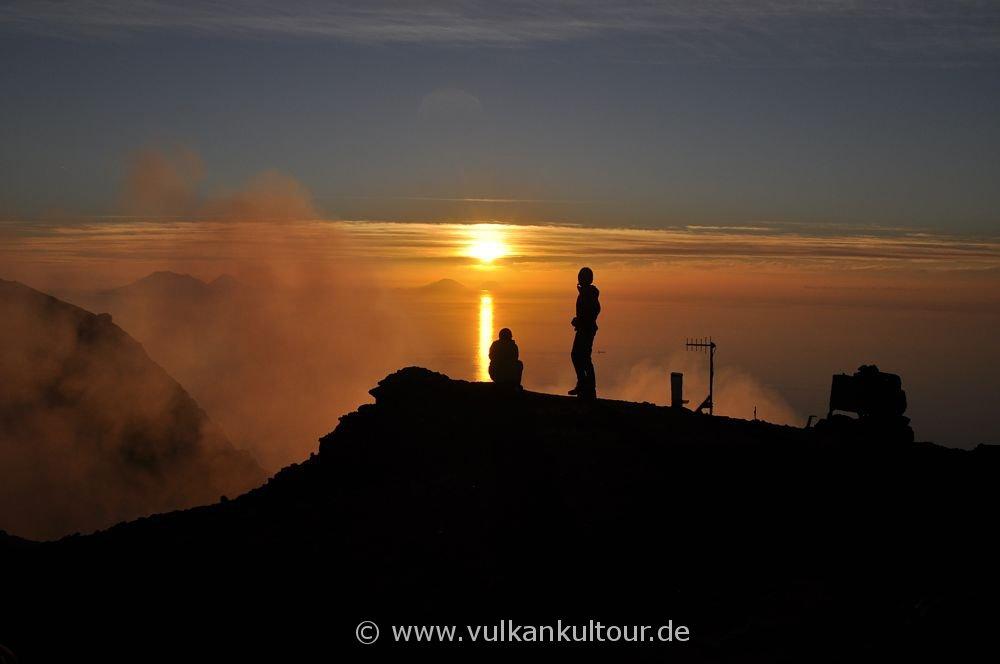 Sonnenuntergang am Gipfel des Stromboli mit Blick auf Salina, Filicudi und Alicudi