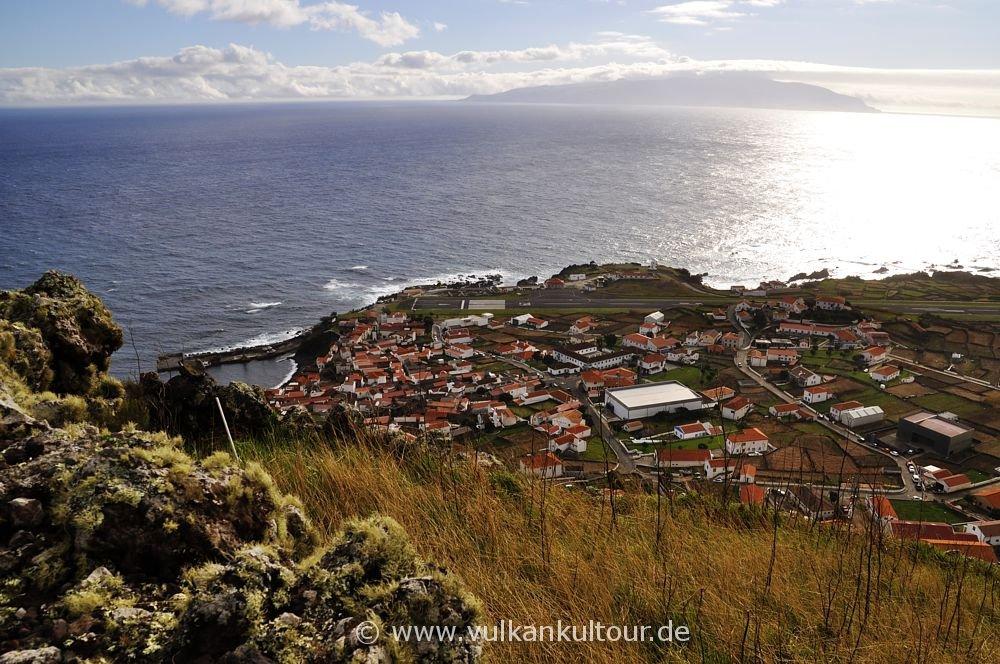 Vila do Corvo, mit 420 Einwohnern eine der kleinsten Städte Europas (im Hintergrund Flores)