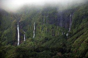 Tropische Vegetation und Wasserfälle auf Flores