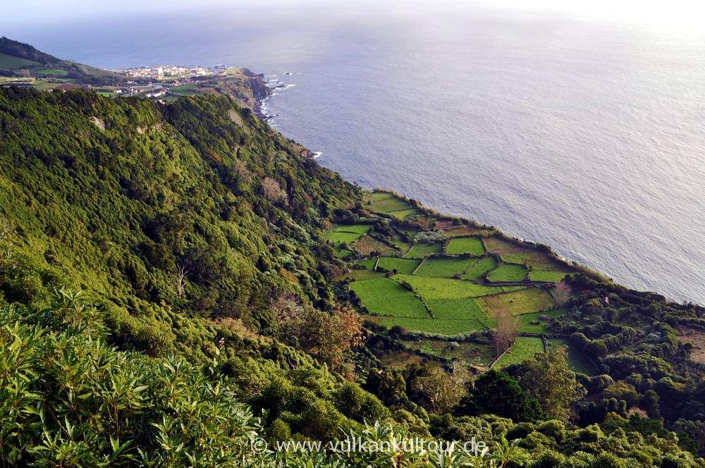 Flores Ostküste - Blick auf Santa Cruz