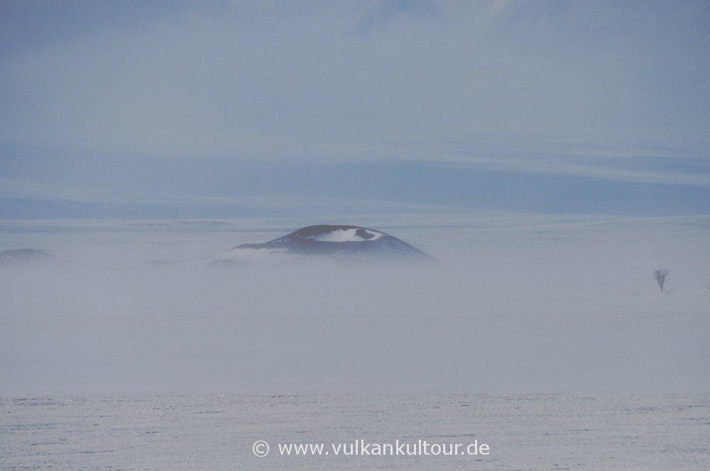 Wind- und schneeverblasener Pseudokrater am Myvatn