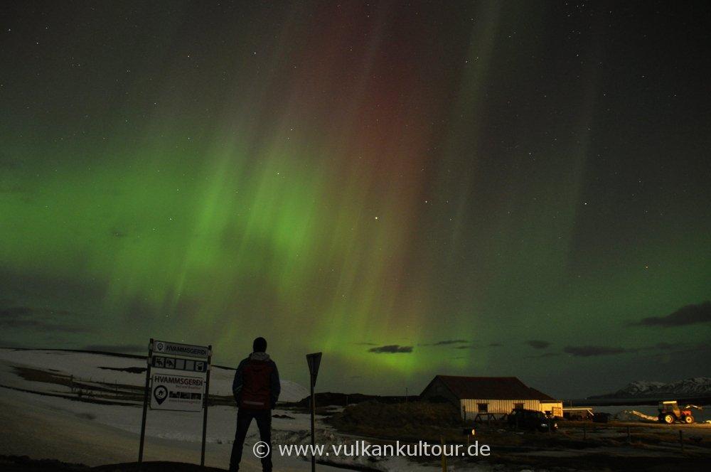 Flächige und vielfarbige Polarlichter im Norden Islands