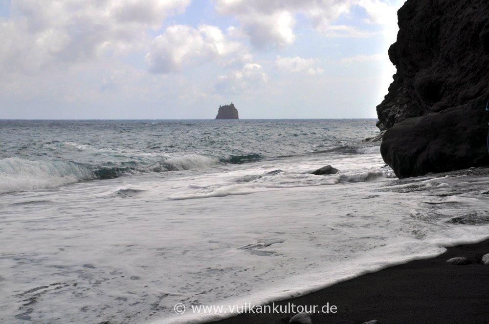 Schwarze Strände, schwarze Felsen und der Strombolicchio