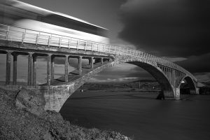 Alte Doppelbogenbrücke über die Hvítá