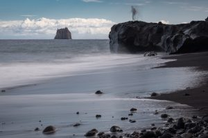 Stromboli - an der Spiaggia Lunga (Blick auf den Strombolicchio)