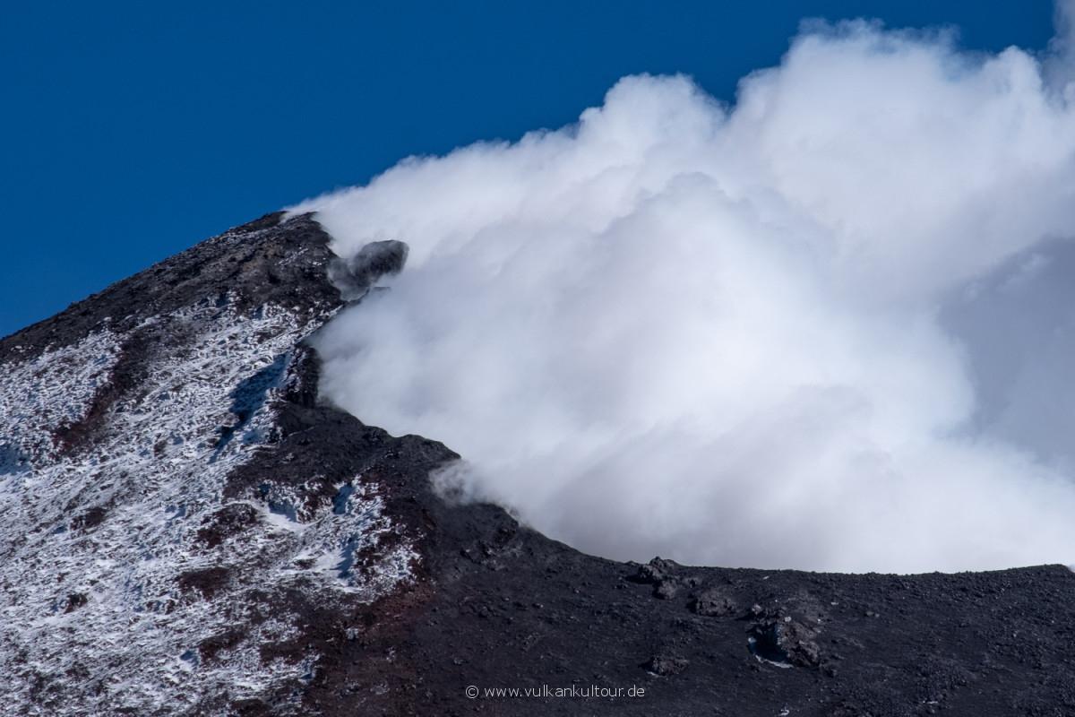 Wolken und Vulkandampf im Neuen Südostkrater des Ätna (NSEC)