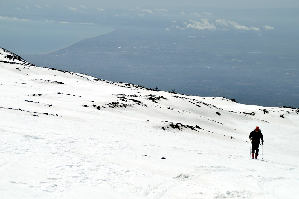 Im Hintergrund der Golf von Catania