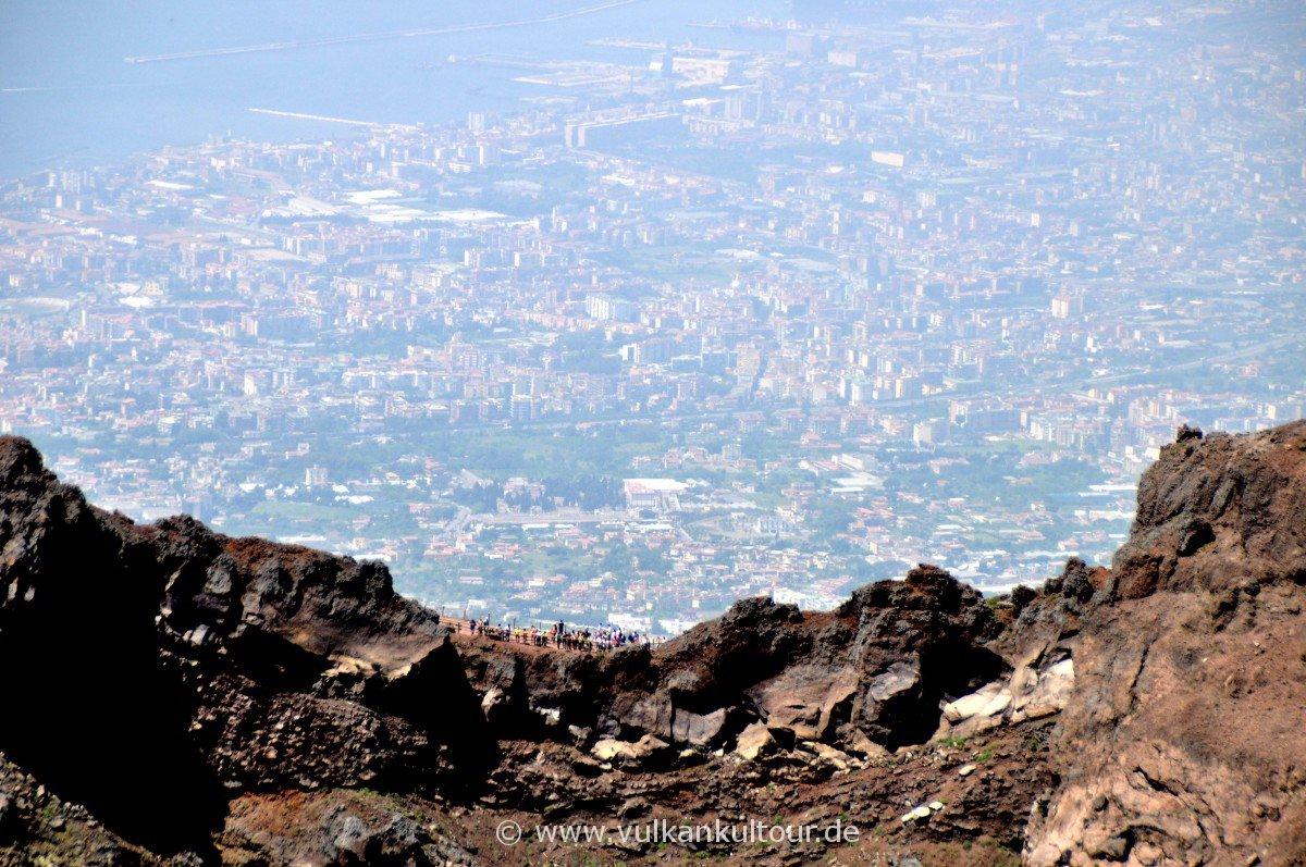 Der Vesuv thront über Neapel