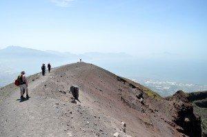 In exklusiver Kleingruppe um den Vesuvkrater herum