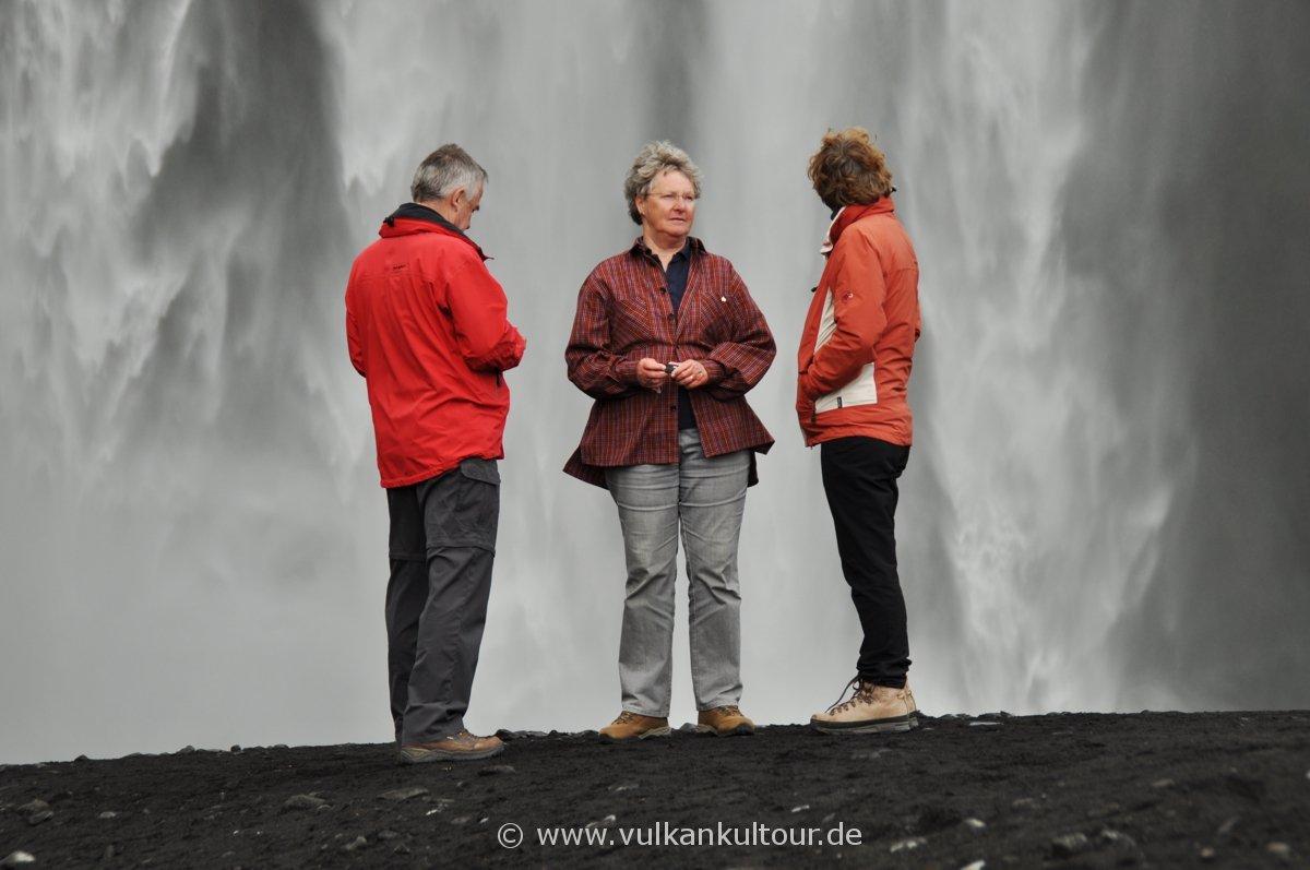 Ulrike Höfer mit kleiner Reisegruppe am Skogafoss