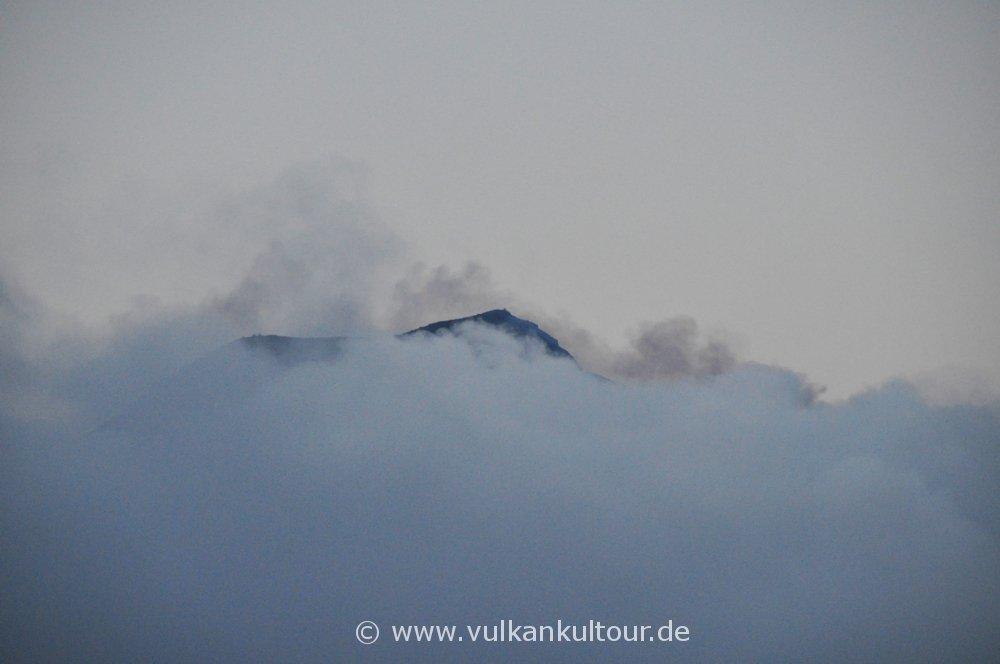Gipfel des Stromboli in Dampf und Wolken