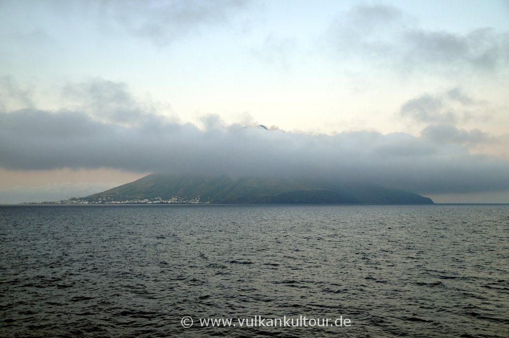 Wolkenverhangene Ankunft auf Stromboli