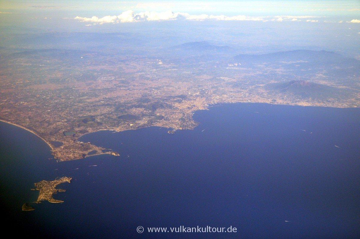Golf von Neapel mit Procida, Kap von Misenum, Golf von Pozzuoli (Phlegräische Felder!), Neapel und Vesuv