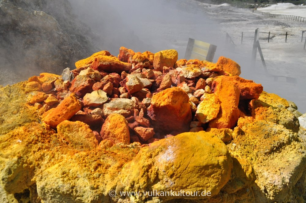 Schwefel im Vulkan Solfatara