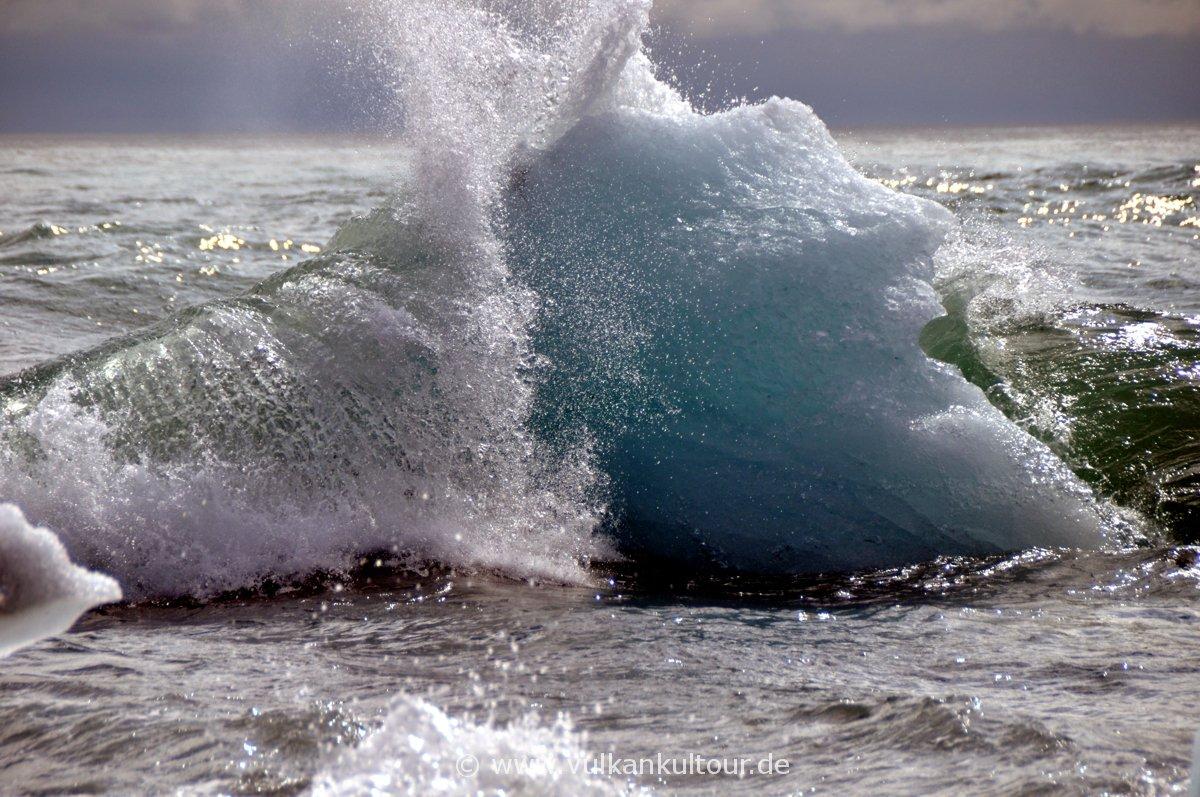 Ein kleiner Eisberg kämpft mit der Brandung