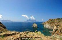 Panarea Capo Milazzese (im Hintergrund Lipari, Salina und Filicudi) - © Sergiy Bondarenko