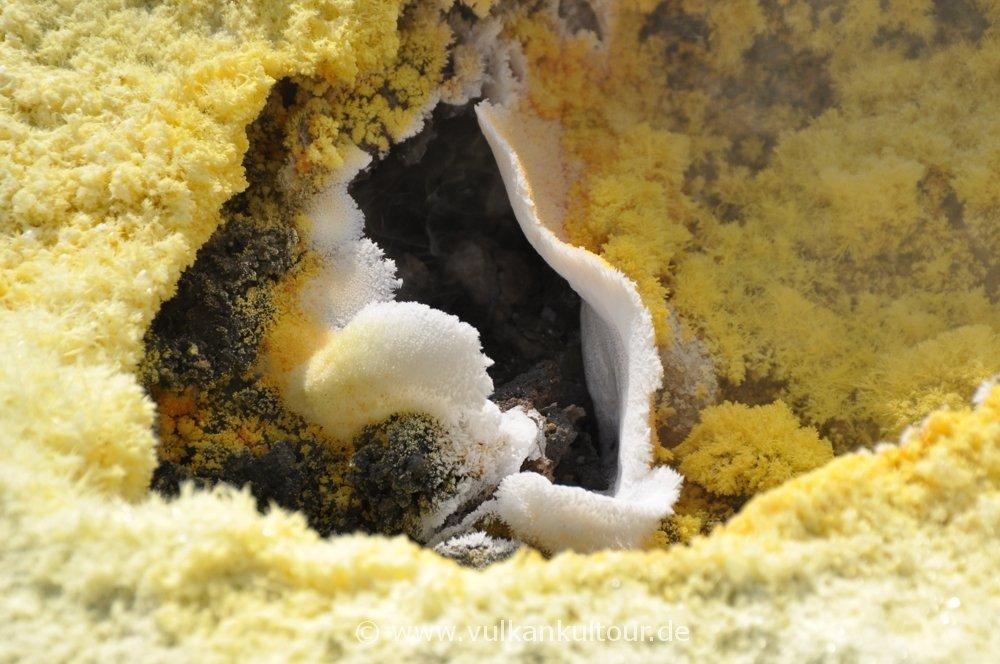 Vulcano - Schwefel und Alaun in einer Fumarole