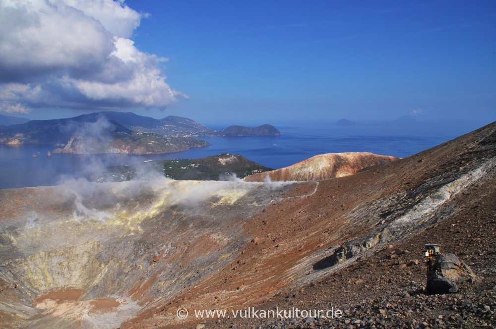 Vulcano Gran Cratere - im Hintergrund Lipari, Panarea & Stromboli