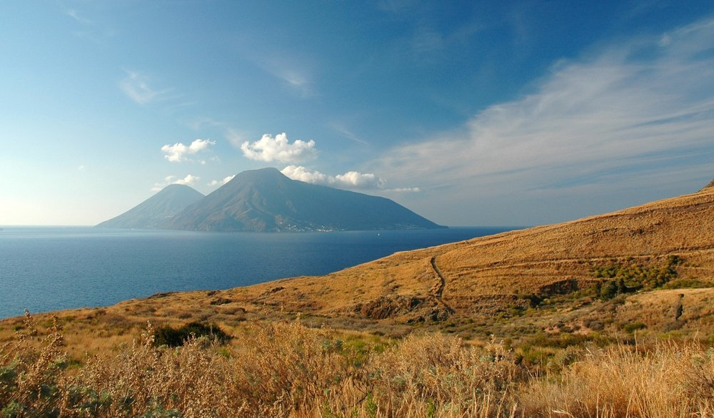 Lipari - Westküste mit Blick auf Salina (© Sergiy Bondarenko)