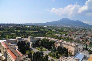Blick vom modernen über das antike Pompeji bis zum Vesuv
