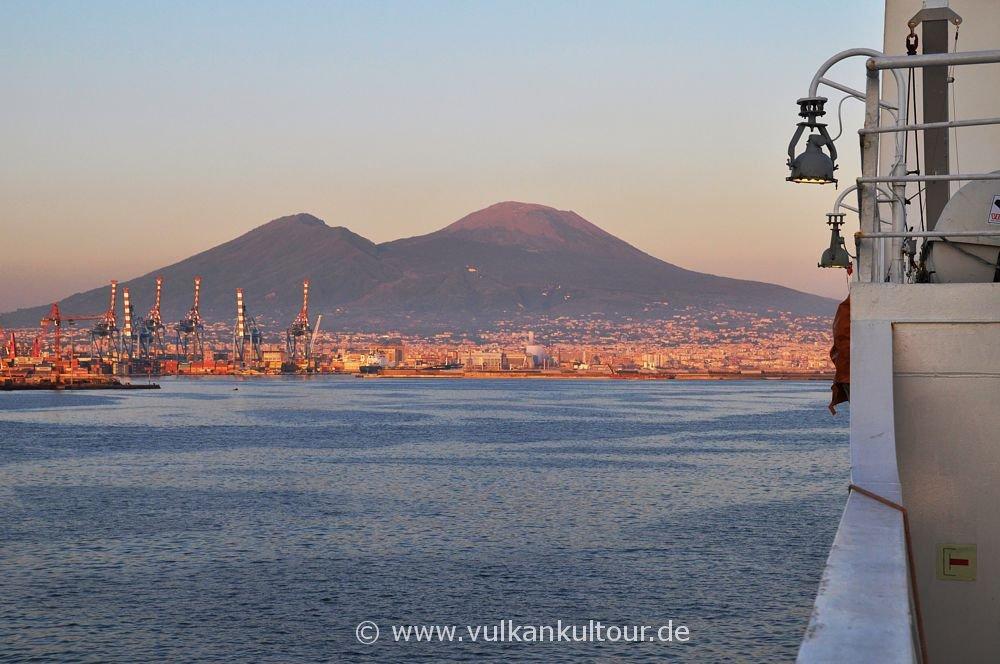Abfahrt der Fähre von Neapel bei Sonnenuntergang