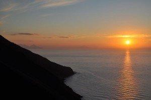 Stromboli - Sonnenuntergang an der sciara del fuoco (Blick auf Salina, Filicudi und Alicudi)