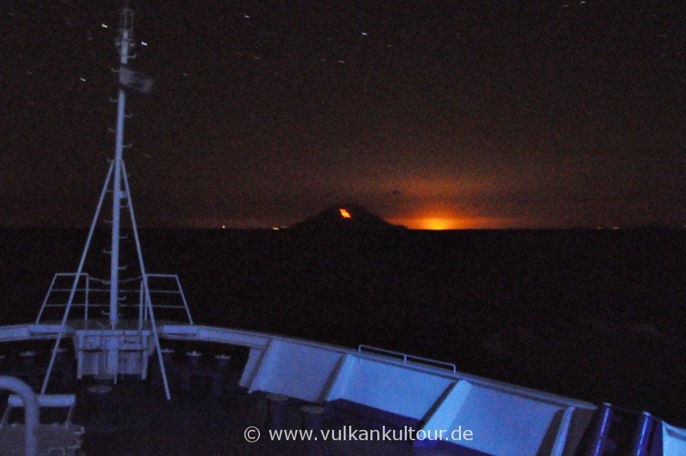 Ankunft auf Stromboli mit Lavastrom und brennender Raffinerie in Milazzo - 27.09.2014