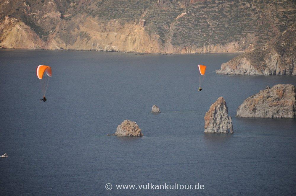 Gleitschirmflieger auf Vulcano - im Hintergrund Liparis Westküste