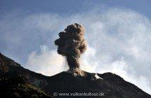 Stromboli - Blick von der sciara del fuoco - heftiger Ausbruch des NE-Kraters
