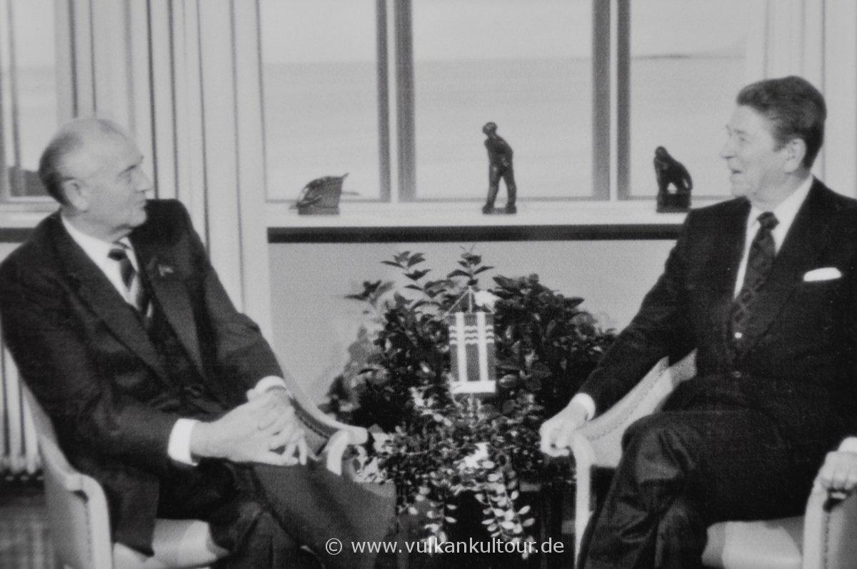 Reagan und Gorbatschow in Reykjavík (Höfði)