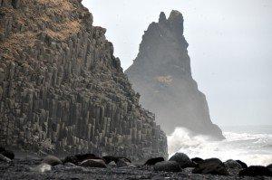 Basaltsäulen und Reynisdrangar am Strand Reynisfjara