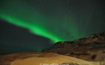 Kräftige Nordlichter über unserem Hotel in Hveragerði