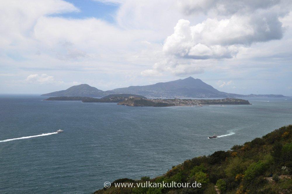 Blick vom Capo Miseno zu den Inseln Procida und Ischia
