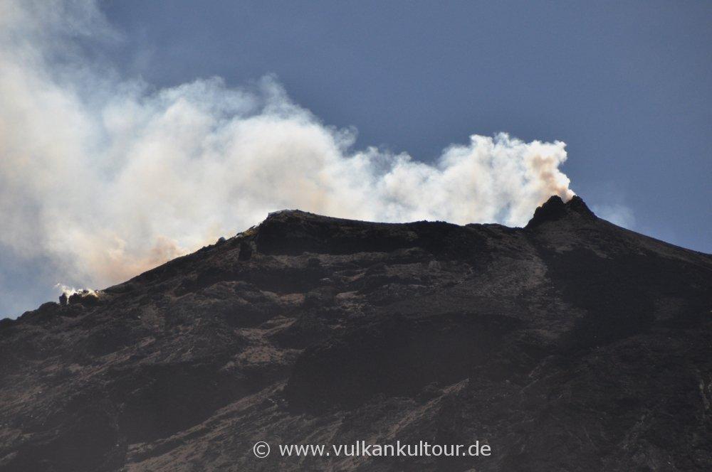 Blick die Sciara del Fuoco hinauf zur Kraterterrasse