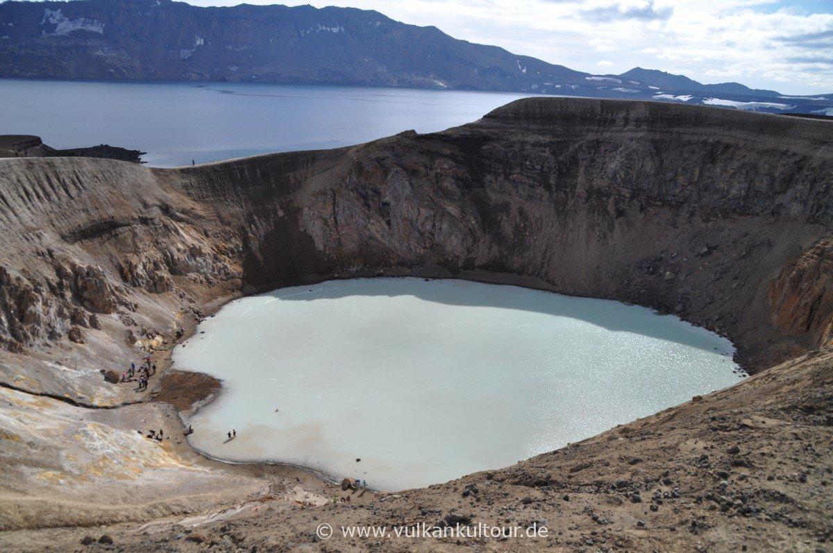 Askja-Krater (Hintergrund) mit Seitenkrater Viti