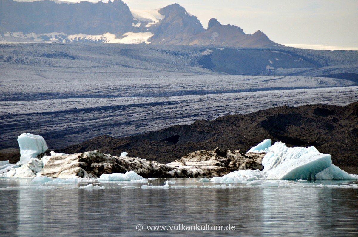 Gletscherlagune Jökulsárlón - im Hintergrund der mächtige Breiðamerkurjökull