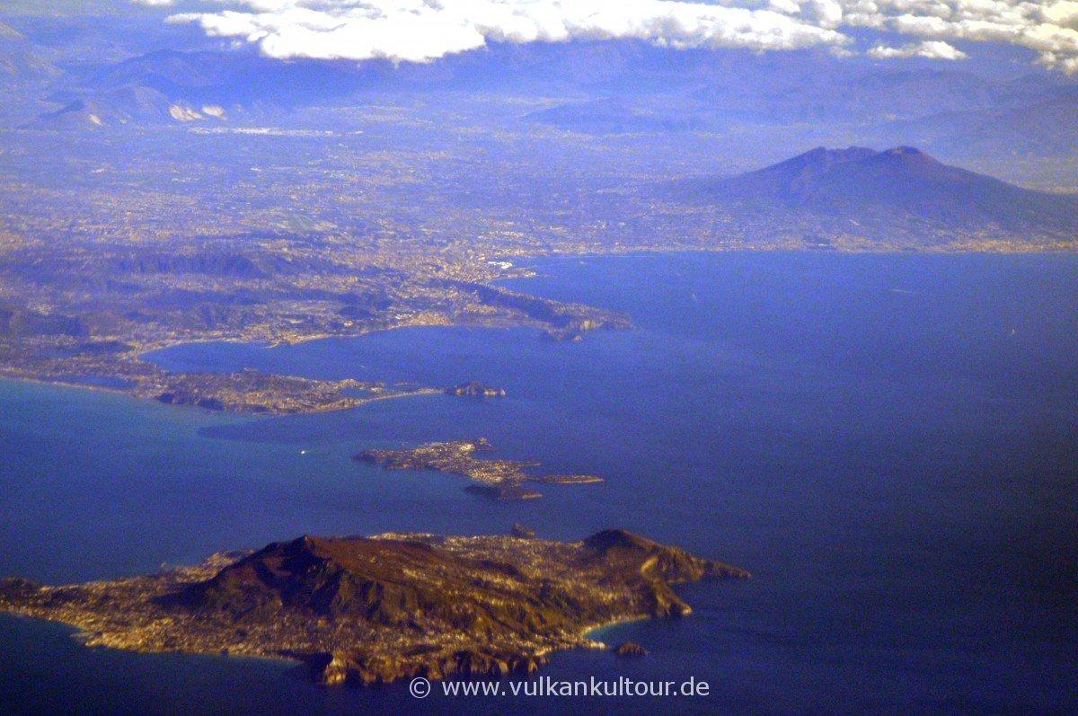 Auf dem Hinflug nach Catania: Blick auf den Golf von Neapel (Ischia, Procida, Phlegräische Felder/Pozzuoli, Neapel, Vesuv)