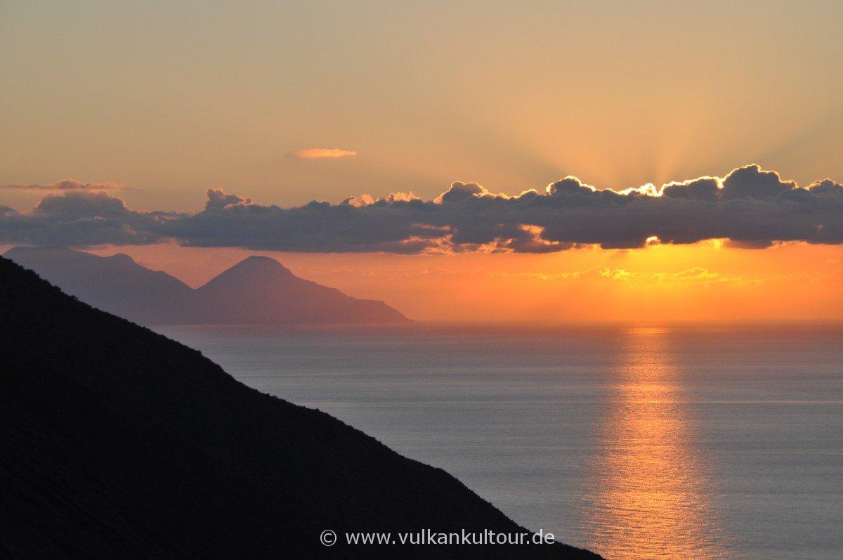 Sonnenuntergang an der Sciara del Fuoco - im Hintergrund Salina