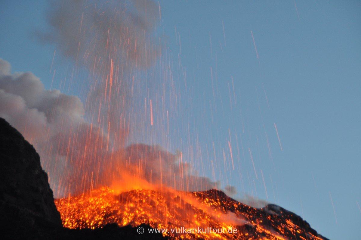 Hohe Aktivität am Nordostkrater (der Vulkan war bis 31.12.2012 deswegen sogar gesperrt)