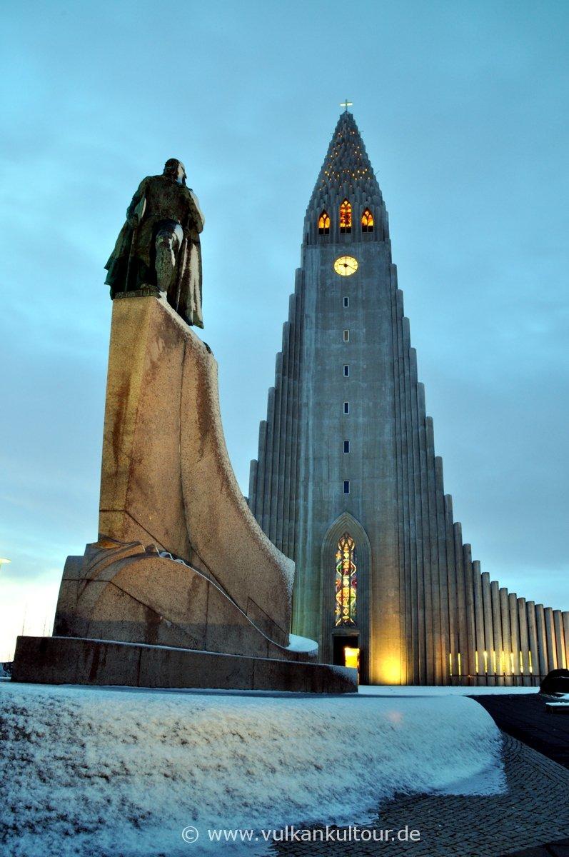 Hallgrímskirche in Reykjavík mit Leifur Eiríksson, dem Entdecker Amerikas