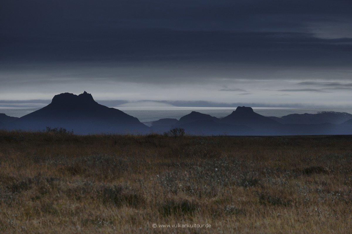 Blick vom Gullfoss zum Langjökull bei bedrohlicher Wolkenstimmung