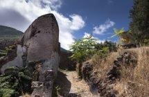 Zucco Grande, in der 1950er Jahren verlassenes Dorf. Fast nur Ruinen, aber auch wenige top renovierte Häuser.