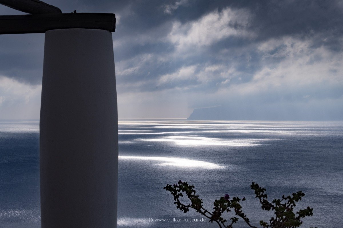 Wolkenverhangener Blick nach Salina