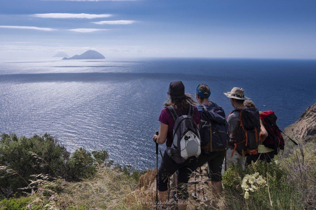 Wanderung an der Westseite Salinas mit Blick auf die beiden westlichen Inseln (Alicudi & Filicudi)