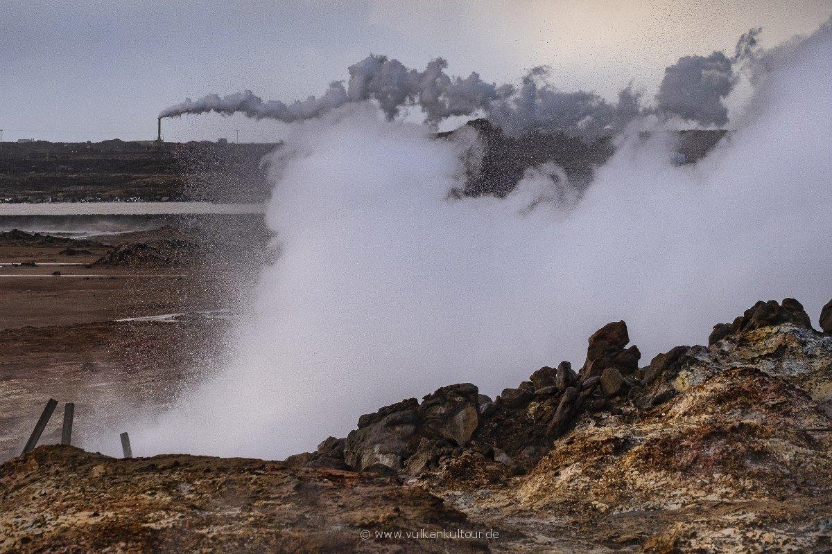 Heiße Quelle Gunnuhver und Reykjanesvirkjun-Geothermalkraftwerk
