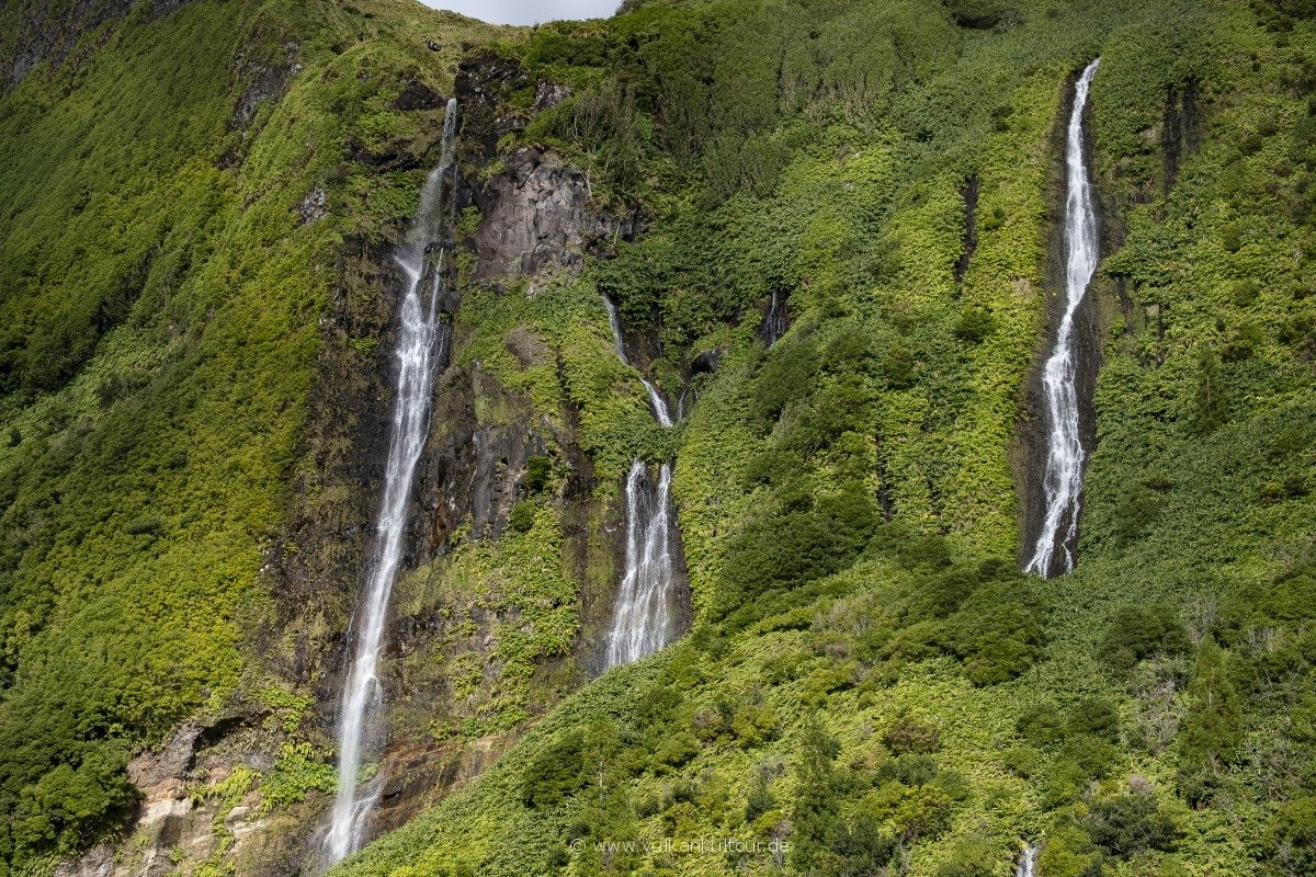 Unzählig Wasserfälle bestimmen die Szenerie an Flores' Westküste