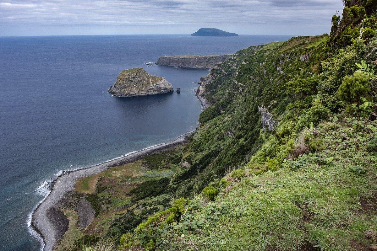 Wanderklassiker auf Flores: von Ponta Delgada nach Fajã Grande (im Blick Flores' kleine Schwesterinsel Corvo)